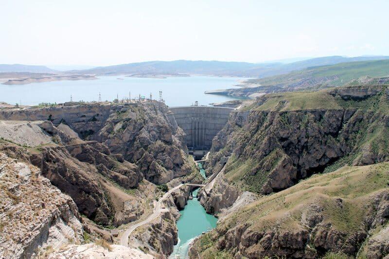 Сулакский каньон поражает своим масштабом, за что его часто сравнивают с Гранд Каньоном в Колорадо (Северная Америка) и Чарынским каньоном. Средняя глубина Сулакского каньона составляет 1300 метров, а максимальная – 1920 метров. По этому показателю он уступает только Котауси, расположенному на территории Перу. Длина каньона равняется 53 километрам, что делает его одним из самых протяженных в мире.